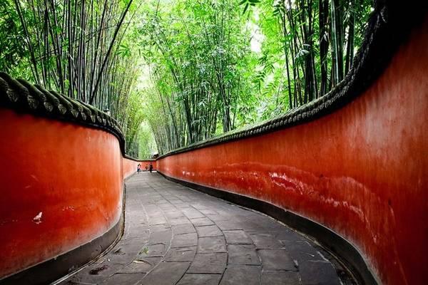 """Qua khỏi cửa lăng là tấm bia """"Hán Chiêu Liệt hoàng đế chi mộ"""" được dựng vào năm Càn Long thứ 53 (tức năm 1788). Đây là một lăng mộ tập thể, táng cùng Lưu Bị là hai người vợ - Cam phu nhân và Ngô phu nhân.  Tam Nghĩa miếu là nơi tưởng niệm tình huynh đệ của Lưu Bị, Quan Vũ và Trương Phi. Ở lối vào miếu, hai bên có hình khắc vào đá các sự tích anh hùng của ba anh em Lưu Quan Trương như Tam anh chiến Lã Bố, Quan Công đơn đao phó hội, Trương Dực Đức giận đánh đốc bưu..."""