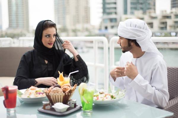 Bạn sẽ ít gặp người địa phương: Người dân Emirate sống khá khép kín và tránh xa các khu đông khách du lịch. Thường thì bạn sẽ chỉ gặp người Emirate ở cửa hải quan. Nếu muốn tiếp xúc và trải nghiệm văn hóa bản địa, bạn có thể tới Bảo tàng Văn hóa Sheikh Mohammed để tham gia các lớp học nấu ăn, tham quan di sản, hay thưởng thức bữa tối truyền thống. Cư dân sống ở đây chủ yếu là người nước ngoài, với tỷ lệ 6:1 so với người Emirate. Ảnh: Telegraph.