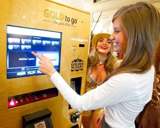 Bạn có thể mua nhiều thứ từ máy bán hàng tự động: Máy ATM vàng ở siêu thị Dubai Mall cho du khách mua từ tiền xu tới miếng vàng 24k. Máy có màn hình hiển thị giá thay đổi 10 phút một lần để theo kịp biến động của thị trường. Tới cửa hàng Sharaf DG ở siêu thị Times Square Centre, bạn có thể mua laptop, máy tính bảng, máy ảnh và điện thoại từ máy bán hàng tự động. Ảnh: Gold Price.