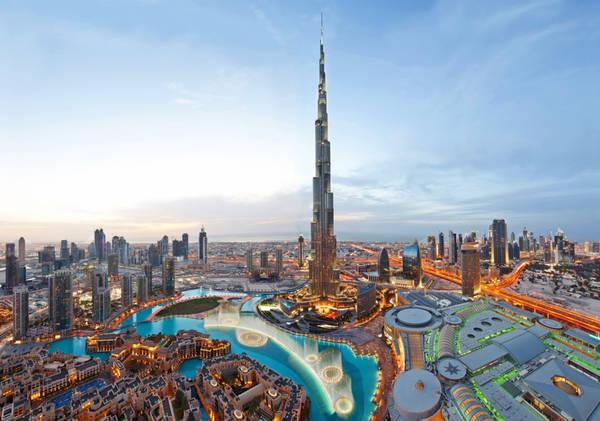 """""""Mang ơn"""" Abu Dhabi: Burj Khalifa, tòa tháp cao nhất thế giới ở Dubai, sẽ không được hoàn thiện nếu thiếu sự giúp đỡ về tài chính từ Abu Dhabi, tiểu vương quốc """"hàng xóm"""" của Dubai. Trước khi khánh thành vào năm 2010, tòa tháp này có tên Burj Dubai (nghĩa là Tháp Dubai), nhưng đã được đặt lại tên theo Tiểu vương Khalifa bin Zayed Al Nahayan của Abu Dhabi, Tổng thống UAE. Ông là người giúp Dubai thoát khỏi vũng lầy của suy thoái tài chính. Ảnh: Tripadvisor."""
