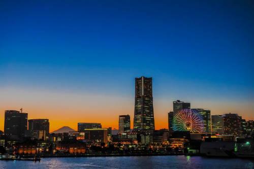 Tòa nhà Yokohama Landmark  Đây là một trong những tòa tháp cao nhất Nhật Bản với 269 m, tại tầng 69 du khách có thể ngắm toàn cảnh thành phố cảng sôi động này và thấy cả núi Phú Sĩ từ xa. Bên trong tháp có nhiều cửa hàng, quán cà phê, khu hội trường đa năng... để du khách thỏa sức mua sắm và vui chơi, ăn uống. Ảnh: Aotaro.