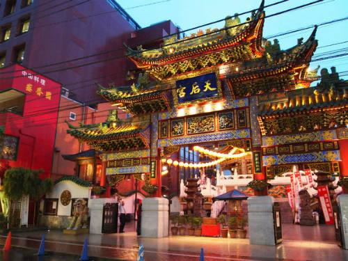 Khu phố Trung Hoa Yokohama Chinatown  Có thể hơi kỳ lạ khi tới một đất nước giàu bản sắc văn hóa và lịch sử như Nhật Bản lại tới phố Trung Hoa, tuy nhiên Yokohama Chinatown cũng là một phần của Kanagawa. Đây là phố Trung Hoa lớn nhất Nhật Bản cũng như ở châu Á, có khoảng 3.000 - 4.000 người sinh sống và làm việc. Nơi đây có đến hàng trăm cửa hàng bán những món ăn ngon nhất Trung Quốc, nhiều công trình kiến trúc đặc sắc cho văn hóa đất nước tỷ dân nhưng cũng hài hòa với văn hóa bản địa.