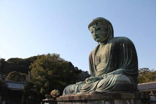 Tượng Phật A Di Đà Kamakura  Tượng nặng 121 tấn, cao 13 m là một trong những tượng Phật lớn nhất Nhật Bản, nằm ở thành phố Kamakura, phía tây bán đảo Mura, thu hút hàng nghìn tín đồ Phật giáo tới thăm hơn 800 năm qua.  Pho tượng trải qua nhiều biến cố lịch sử cũng như sự phá hủy của thiên tai, thời tiết khắc nghiệt khiến cho công trình là một điểm đến không thể bỏ lỡ. Ảnh: Alf Melin.