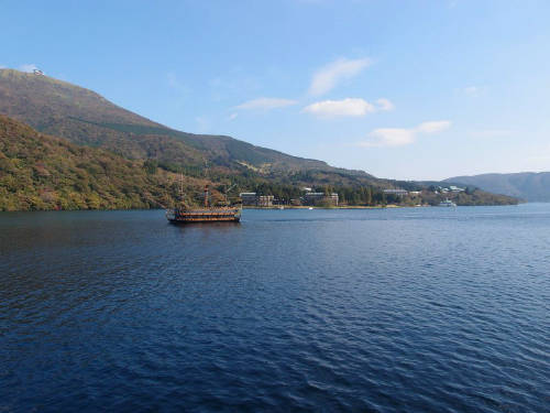 Hồ Ashinoko  Đi thuyền trên hồ Ashinoko, khu vực Hakone du khách có thể tham quan cảnh hồ, phóng tầm mắt ngắm nhìn đỉnh Phú Sĩ và những cổng Torii truyền thống của Nhật. Ngoài ra, ở hồ này du khách còn được đặt tour thăm núi lửa. Ảnh: Guihem Vellut.
