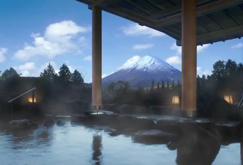 Khu nghỉ dưỡng suối nước nóng ở Hakone  Hakone vốn là một trong những khu nghỉ dưỡng suối nước nóng nổi tiếng của Nhật Bản từ hàng thế kỷ nay. Tại đây, du khách có nhiều lựa chọn để trải nghiệm tắm onsen hơn với hàng chục địa chỉ cung cấp cả bể ngoài trời và trong nhà. Nhiều bể tắm có hướng nhìn ra núi Phú Sĩ hùng vĩ. Ảnh: jpninfo.