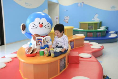 Bảo tàng Doraemon  Bảo tàng nằm ở thành phố Kawasaki, là nơi du khách được trở về tuổi thơ với những hình ảnh thân thuộc trong bộ truyện tranh Doraemon nổi tiếng. Ở đây du khách có thể tìm hiểu về lịch sử truyện, tác giả, mua các món quà liên quan đến nhân vật truyện, chụp ảnh ở không gian ngoài trời mô tả cảnh truyện... Ảnh: Japanlist.