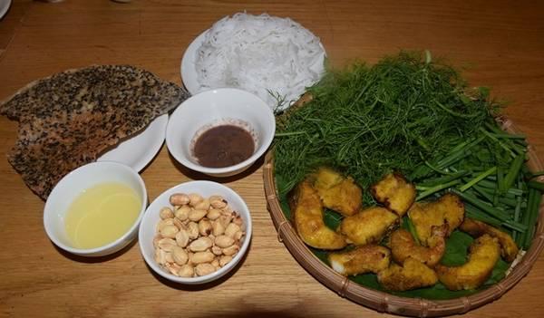 Chả cá Lã Vọng Món ăn vô cùng nổi tiếng ở Hà Nội không những khiến thực khách TP HCM mê mẩn, mà nhiều du khách nước ngoài cũng ấn tượng. Các quán thường chuẩn bị nguyên liệu đầy đủ, chả cá lăng đã chiên sơ, và bắc chảo và bếp ngay tại bàn cho khách. Bỏ chả cá, ít hành và rau thì là vào chảo, mùi thơm sẽ dậy lên. Khi rau chín, gắp chả cá cùng rau ra bát, thêm chút bún rối, chút mỡ, mắm tôm và đậu phộng rang. Bạn có thể ghé quận 3 để ăn món này, giá một phần hai người ăn khoảng 300.000 đồng.