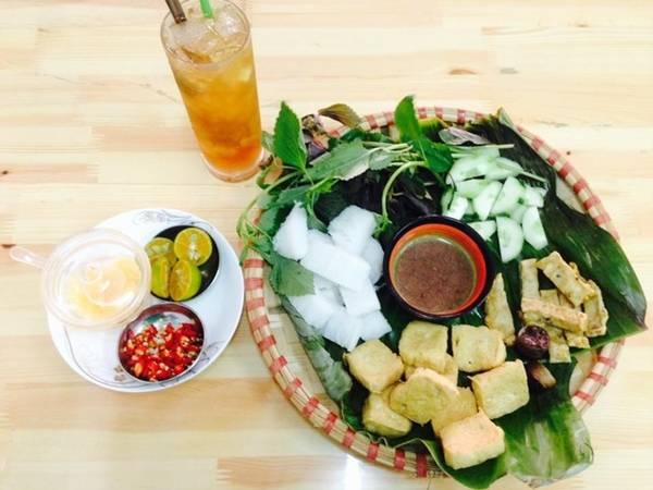 Bún đậu mắm tôm Đi ăn bún đậu ở Sài Gòn từng là một trào lưu, trước đây chỉ có một số quán thì nay ở bất kỳ quận nào cũng có rất nhiều quán cho thực khách chọn lựa. Hầu hết quán đều giữ nguyên phong cách bún đậu Hà Nội, đậu chiên vừa tới, có chả cốm, dưa leo, bún, đựng trong lá chuối hoặc mẹt. Giá một phần cho một người ăn từ 40.000 đồng. Bún đậu được bán nhiều ở đường Hồng Hà, Phan Xích Long, Trần Hưng Đạo.