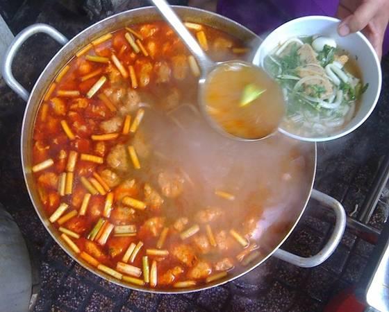 Bánh canh Nồi bánh canh nghi ngút khói thu hút nhiều thực khách. Bạn có thể chọn bánh canh chả cá giá 30.000 hoặc bánh canh ghẹ giá 60.000 đồng. Quán Bé Ba nổi tiếng nhất chợ, được đánh giá có nước lèo đậm đà, nguyên liệu ít pha trộn.