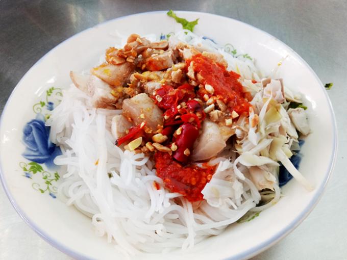 Bún mắm nêm Đây là món ăn đặc trưng của ẩm thực miền Trung. Tô bún mắm nêm mang ra, thực khách cảm nhận mùi thơm của mắm kết hợp vị cay xé lưỡi của ớt. Hàng bún mắm chị Trinh ở khu ẩm thực phía trong được yêu thích hơn cả. Giá một phần bún mắm heo quay là 20.000 đồng.