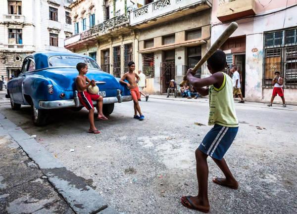 11. Bóng chày Được du nhập vào Cuba từ những năm 1960, bóng chày có lẽ là trò giải trí phổ biến nhất ở Cuba hiện nay. Bất kể bạn đi đâu, chẳng hạn ở Old Havana (ảnh), bạn có thể bắt gặp trẻ em ở mọi lứa tuổi chơi bóng chày trên đường phố. Theo Liên đoàn Bóng chày Quốc tế, đội tuyển quốc gia Cuba hiện xếp thứ 5 toàn thế giới.
