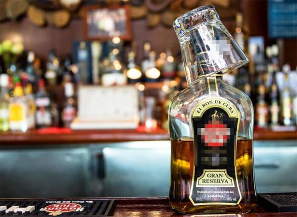 13. Rượu rum Nếu bạn là người thích rượu mạnh thì không thể không đến Cuba. Người dân Cuba có một tình yêu với rượu, bao gồm nhiều loại rhum Cuba khác nhau mang thương hiệu Havana Club nổi tiếng.