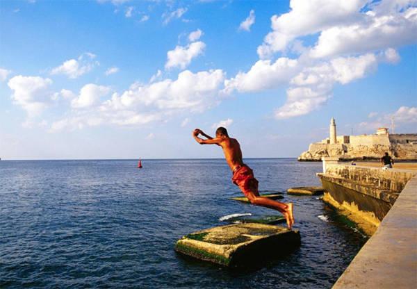 14. Con đường và tường biển Malecón Con đường và tường biển Malecón là điểm du lịch nổi tiếng dành cho mọi gia đình, đặc biệt là trẻ em đến bơi và ngụp lặn để tránh cái nóng mùa hè.