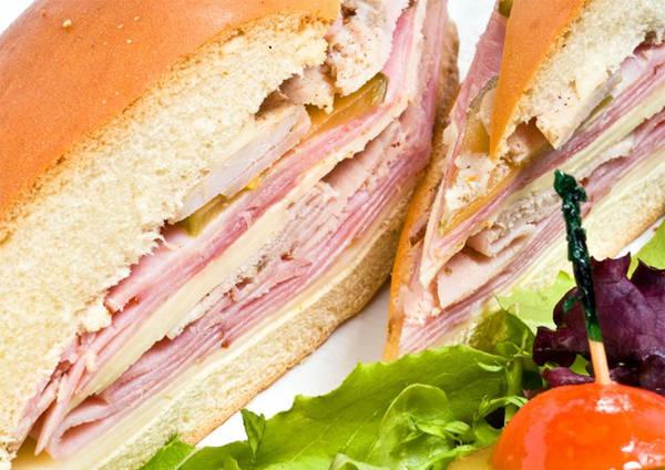 15. Sandwich Cuba Hương vị của bánh sandwich Cuba cũng khiến người ta mê mẩn. Món ăn được tạo nên từ jambon, thịt heo nướng, pho mát Thụy Sĩ, dưa chua, mù tạt và đôi khi cả salami - tất cả được xếp chồng lên nhau giữa hai lớp bánh mì Cuba.