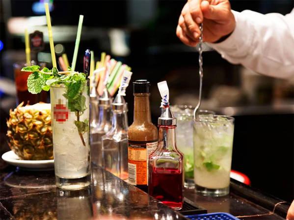 16. Mojito Mojito là món cocktail truyền thống của Cuba bao gồm rượu rum trắng, đường, nước ép chanh, nước có ga sủi bọt và lá bạc hà lục hoặc yerba buena - một loại bạc hà phổ biến trồng trên đảo.