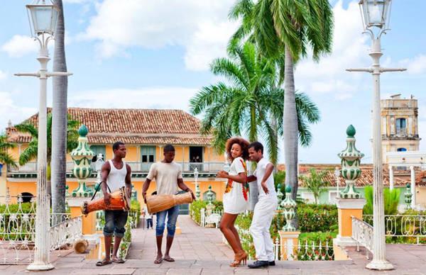 3. Điệu Salsa và hơn thế nữa Salsa có nguồn gốc từ Cuba, có sự pha trộn với văn hóa Tây Ban Nha, châu Âu và châu Phi. Người Cuba ưa thích chuyển động. Rumba, Zapateo và Bolero cũng có xuất xứ từ vùng đất này.