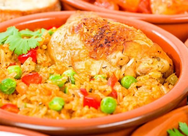 6. Cơm gà Cuba Arroz con pollo (cơm gà) là một món ăn truyền thống của Cuba. Thành phần gồm gạo, bia, nước hầm thịt, sofrito (một hỗn hợp rau và các loại thảo mộc tươi), thịt gà và nghệ tây.