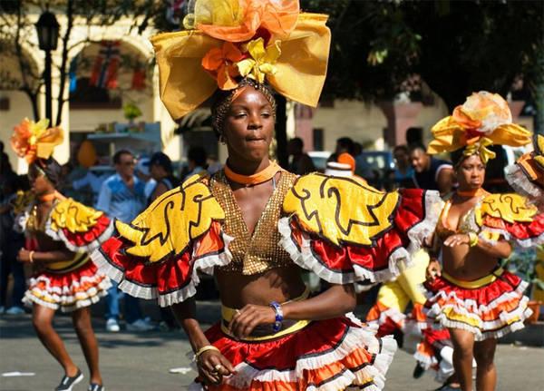 7. Lễ hội Havana Carnival Lễ hội Cuba này có nguồn gốc Afro-Caribbean (nguồn gốc Caribê và Tây Phi), bắt đầu vào cuối tháng 7 và kéo dài đến giữa tháng Tám. Trong lễ hội này có nhóm nhảy dân vũ 'La Jardinera' rất nổi tiếng. Các lễ hội nổi tiếng khác của Cuba bao gồm Anfoa Magic, Liên hoan phim điện ảnh La tinh mới và Festival del Caribe.