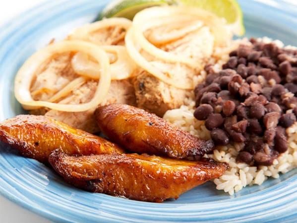 8. Món chuối chiên Bạn đang tìm một món ăn Cuba truyền thống? Hãy thử ngay món chuối chiên ngọt ngào ăn kèm đậu đen và cơm trắng. Đây là món ăn dễ hợp khẩu vị đối với hầu hết người dân Cuba và khách du lịch.