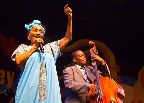 9. Câu lạc bộ cộng đồng Buena Vista Câu lạc bộ cộng đồng Buena Vista là câu lạc bộ trình diễn âm nhạc với đội ngũ nhạc sĩ, nghệ sĩ biểu diễn và ca sĩ đa dạng. Omara Portuondo, một diva của Cuba những năm 1940, là ngôi sao vẫn đang hoạt động của câu lạc bộ.
