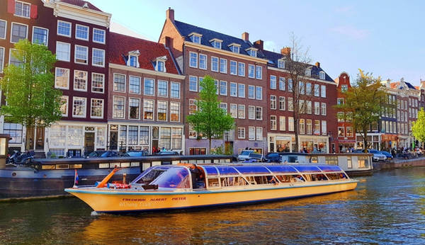 1. Thăm Thủ đô Amsterdam với xe đạp và hệ thống kênh đào nổi tiếng: Hệ thống kênh đào của Hà Lan vô cùng ấn tượng đã được UNESCO công nhận là di sản thế giới.
