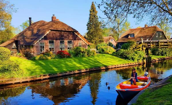 Đến đây, bạn có thể thuê thuyền của dân địa phương với giá 20 euro/giờ. Thông thường, trong khoảng 2-3 giờ, bạn có thể hoàn tất hành trình khám phá ngôi làng nhỏ này.