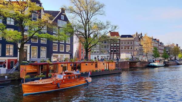 Di chuyển bằng thuyền trên những con kênh là cách dễ dàng để có thể vòng quanh thành phố. Công trình kênh đào được xây dựng để rút cạn bãi lầy nhằm mở rộng Amsterdam.