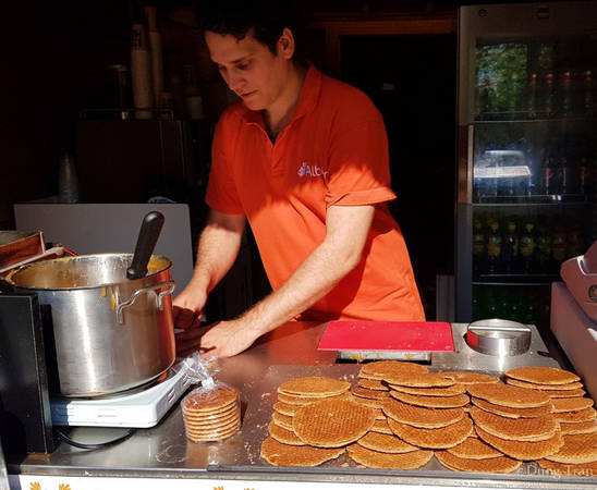 Ở vườn hoa cũng bày bán đặc sản Hà Lan là bánh waffles với vị mật ong và hương quế thơm lừng.