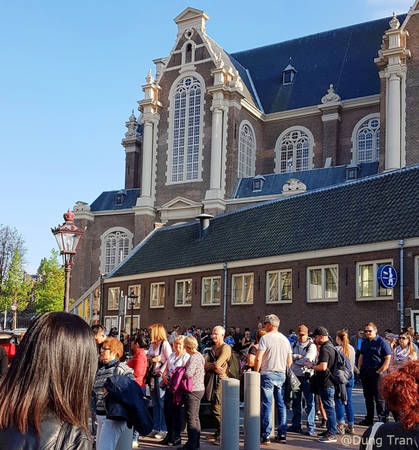 """6. Đến thăm Anne Frank House với những trải nghiệm xúc động: Anne Frank House là nơi tưởng niệm cô gái nhỏ là nạn nhân của nạn diệt chủng người Do Thái thời Hitler và là tác giả của cuốn Nhật ký Anne Frank, được khai bút vào năm 1942 khi cô mới 13 tuổi. Tham quan Anne Frank House ở Amsterdam là một trải nghiệm xúc động cho mọi người. Khi đến đây, bạn phải xếp hàng khá lâu nếu không đặt vé online ở mục """"skip the line"""" (không phải xếp hàng). Khi vào bên trong, bạn không được phép chụp hình."""