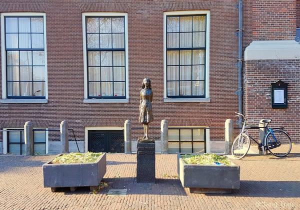 Bức tượng Anne Frank trước nhà thờ ngay cạnh nhà. Dù toàn bộ trải nghiệm khi thăm nhà Anne Frank rất đau buồn, đó là một dấu ấn của lịch sử, ghi lại sự anh hùng và khắc nghiệt của Thế chiến. Anne Frank House và cuốn nhật ký kinh điển là một lời nhắc nhở chúng ta hãy sống mỗi ngày một cách trọn vẹn nhất, để tìm thấy niềm vui trong những điều nhỏ nhặt, và hãy yêu thương người khác bằng một trái tim rộng mở.
