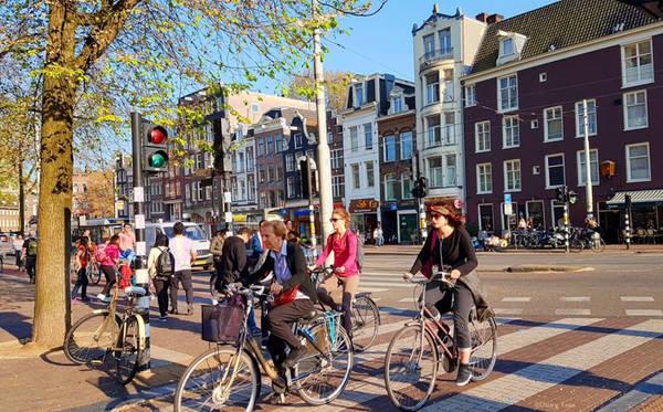 Không phải những chiếc ôtô đắt tiền, xe đạp mới là phương tiện chính yếu được khuyến khích sử dụng tại Hà Lan. Bạn có thể bắt gặp xe đạp ở mọi nơi, mọi ngóc ngách khi có gần 60% dân số sử dụng xe đạp là phương tiện di chuyển hàng ngày thay thế ôtô. Hà Lan hướng đến một cuộc sống giảm thiểu tác nhân gây hại môi trường và ô nhiễm tiếng ồn.