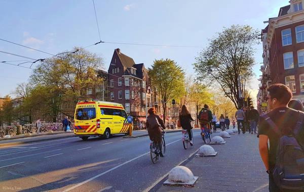 Tàu điện leng keng cũng là một phương tiện phổ biến ở Amsterdam.