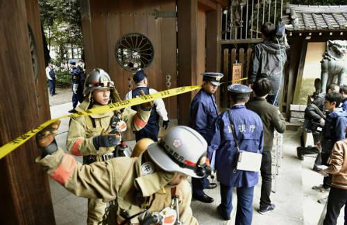 Tại Nhật Bản, bạn hoàn toàn có thể bị phạt số tiền lên tới 10.000 yên (hơn 2 triệu đồng) vì việc không báo cáo một vụ cháy cho cảnh sát. Việc truy tội sẽ không áp dụng với tất cả mọi người, trừ phi bạn là chủ nhà hay hàng xóm sát vách nơi xảy ra vụ cháy. Tại đây, kiến trúc nhà bằng gỗ rất phổ biến. Nếu như bạn không báo cháy kịp thời thì hậu quả thực sự khó lường.