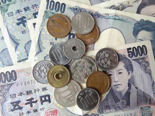 Ở Nhật Bản, rất khó để chúng ta bắt gặp những mặt dây chuyền có xâu đồng xu. Vì ở đấy có điều luật cấm không được làm hỏng, phá hoại hoặc vứt bỏ tiền tệ. Nếu bị bắt quả tang, bạn sẽ bị phạt tới 200.000 yên (hơn 40 triệu đồng), hoặc phạt tù 1 năm.