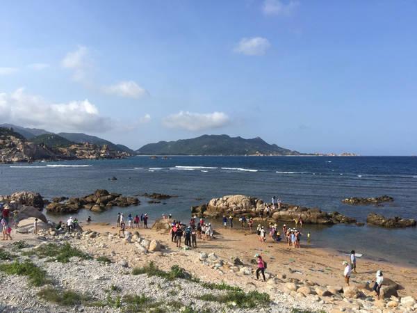 Rất nhiều du khách chọn bãi Chướng để lưu lại những kỷ niệm đẹp ở Bình Ba