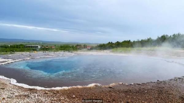 Lý do về sự hoạt động mạnh và tập trung của địa nhiệt ở Iceland là vị trí địa lý đặc biệt. Không chỉ nằm trên đỉnh sống núi giữa Đại Tây Dương (nằm giữa hai lục địa Mỹ - Âu), mà Iceland còn nằm ở nơi nóng nhất thế giới. Hai yếu tố đó kết hợp lại tạo điều kiện hoàn hảo cho hoạt động núi lửa và địa chất dồi dào ở Iceland.