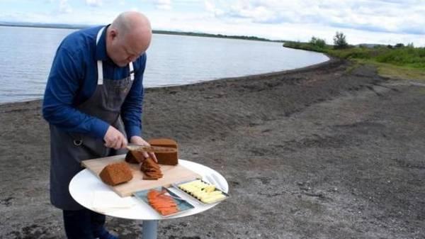 """Với Hilmarsson, vẻ đẹp của tự nhiên Iceland còn giúp người dân học cách tôn trọng nguồn năng lượng và sử dụng nó thật cẩn thận, từ thế hệ này sang thế hệ khác. Tuy nhiên, câu hỏi đặt ra là còn ai như Hilmarsson và ông sẽ nướng bánh theo truyền thống bao lâu nữa? Khi được hỏi rằng có ý định thay đổi cách làm bánh không thì ông trả lời: """"Rất khó để mô tả hương vị nhưng sức nóng từ đất và nước làm nên vị riêng cho bánh. Nướng bằng lò hiện đại không bao giờ tạo được chiếc bánh như vậy"""". Người Iceland thưởng thức bánh mì lúa mạch đen cùng với: bơ, mứt, giăm bông, pho mát, cá ngừ hay cá hồi hun khói…"""