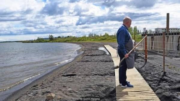 """Hilmarsson chia sẻ: """"Rất nhiều người vẫn nướng bánh mì bằng cách này ở Laugarvatn. Việc đặt một hòn đá lên trên là truyền thống của chúng tôi, để những người dân xung quanh biết rằng chúng tôi đang nướng bánh tại đây""""."""