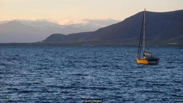 Dù môi trường tự nhiên hoang sơ, ít bị xâm hại, Iceland chỉ có 25% diện tích có thể trồng cây cối, bởi phần lớn đất đai còn lại đều bị sông băng và nham thạch núi lửa che phủ. Nông nghiệp chiếm ưu thế ở các vùng đất thấp, nhưng xuất khẩu chính của Iceland luôn là hải sản và các sản phẩm từ cá. Từ năm 1380 đến 1918, lãnh thổ Iceland vẫn nằm dưới sự kiểm soát của Đan Mạch. Năm 1602, Hoàng gia Đan Mạch thiết lập độc quyền thương mại với Iceland kéo dài tới năm 1786, trong đó hạn chế nhập khẩu vào đất nước này. Người Iceland không có lựa chọn nào khác ngoài việc tự sản xuất từ chính nguồn tài nguyên họ có và nhập khẩu từ Đan Mạch, một nước sản xuất nhiều lúa mạch đen.