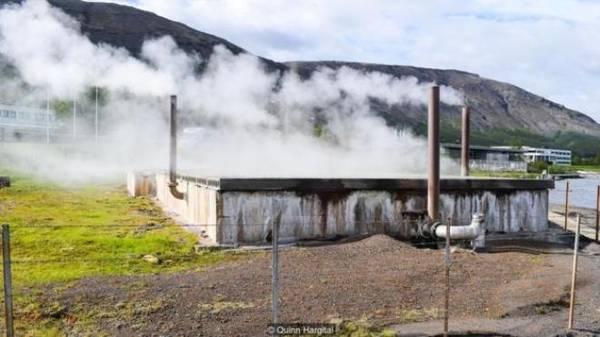 Người Iceland đã dùng các suối nước nóng vào rất nhiều việc khác nhau, điển hình là nấu ăn và giặt giũ. Nhưng theo thời gian, nguồn năng lượng này được sử dụng với nhiều tác dụng hiện đại hơn. Theo Cơ quan năng lượng quốc gia Iceland, năng lượng địa nhiệt chiếm 66% mức sử dụng năng lượng sơ cấp của đất nước, và tạo ra 25% sản lượng điện cả nước. Hầu như các hồ bơi, nhà kính của Iceland đều dùng làm nóng từ năng lượng địa nhiệt. Thay vì bỏ phí thì người dân đã xây các thị trấn, thành phố nằm cạnh đó để tận dụng năng lượng.