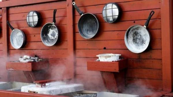 """Hveragerði là một thị trấn nhỏ cách Reykjavik 50 km về phía đông nam, là """"thủ đô suối nước nóng"""" của thế giới, và là một trong những vùng địa nhiệt dồi dào nhất Iceland. Đứng ở trung tâm nơi đây, du khách có thể thấy rõ những đám hơi nước bốc lên bên các sườn đồi. Bánh mì Rúgbrauð cũng được nướng ở đây, tại nhà hàng Kjöt and Kúnst. Tuy vậy, thay vì vùi bánh mì xuống đất thì bếp trưởng Ólafur Reynisson dùng hơi nước bốc lên từ đất để chạy các bếp lò của nhà hàng, làm bánh và các món khác."""