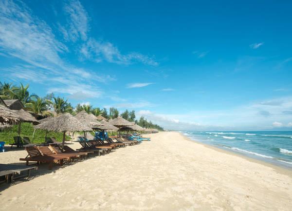 Biển An Bàng, Quảng Nam Biển An Bàng là nơi du khách sẽ không thấy nhà cao tầng, tàu bè hay con người tất bật với những chiếc xe máy. Tại đây ngoài chơi đùa với làn nước xanh mát trong lành trải dài vô tận, du khách có thể thư giãn hoàn toàn bên bờ biển. Ảnh: Chris Howey.