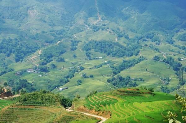 Sa Pa, Lào Cai Sa Pa là một thị trấn du lịch nổi tiếng ở vùng núi phía bắc Việt Nam. Sự phát triển bùng nổ khiến phần lớn thị trấn như một công trường lớn Tuy nhiên, một khi bạn bước tới những khu vực xung quanh cùng hướng dẫn viên địa phương, bạn sẽ được chiêm ngưỡng cảnh các thung lũng và ruộng bậc thang trải dài trên các dãy núi. Ngoài các chuyến trekking, để tham quan cách xa trung tâm thị trấn, bạn có thể đi xe máy. Ảnh: Hương Chi.