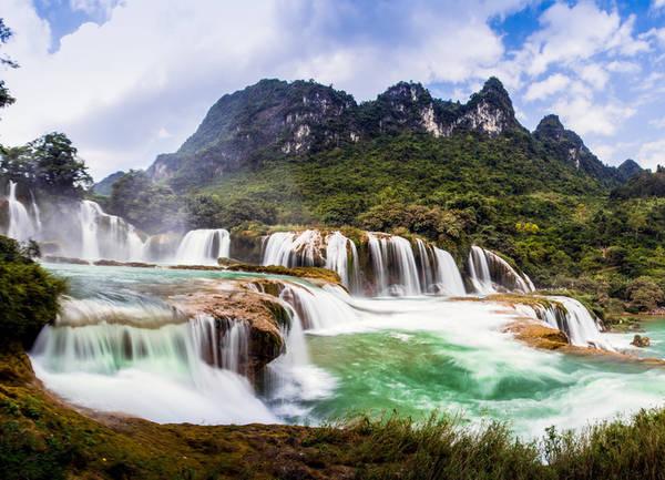 Báo Mỹ gợi ý 12 trải nghiệm không thể bỏ qua ở Việt Nam Thác Bản Giốc, Cao Bằng Thác Bản Giốc nằm ở huyện Trùng Khánh, cách thành phố Cao Bằng khoảng 90 km và cách Hà Nội gần 400 km. Đây là một trong những ngọn thác nổi tiếng nhất Việt Nam. Ảnh: Phuong Thao.