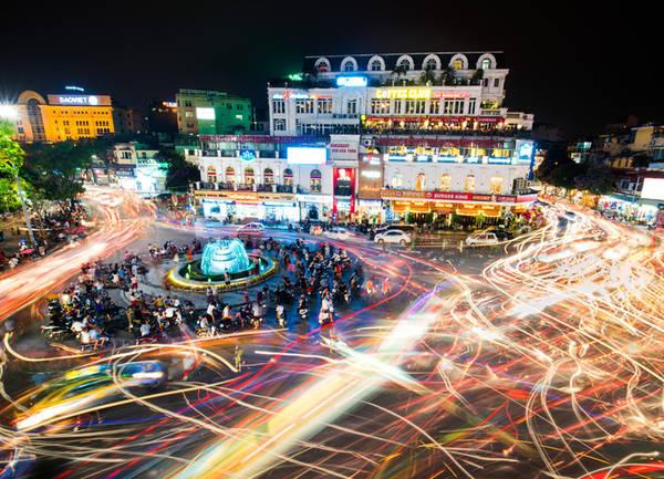 Phố cổ, Hà Nội Sự tất bật, ồn ào, náo nhiệt của cuộc sống, khu phố cổ ở thủ đô Hà Nội biến việc đi bộ xuống những con đường thành một môn thể thao mạo hiểm. Nếu tránh được những chiếc xe máy vượt đèn đỏ hay đi cả trên hè phố, bạn sẽ thấy vẻ quyến rũ của cuộc sống thường ngày và có cơ hội thưởng thức các món ăn đường phố được mệnh danh ngon bậc nhất châu Á. Ảnh: Happystock.
