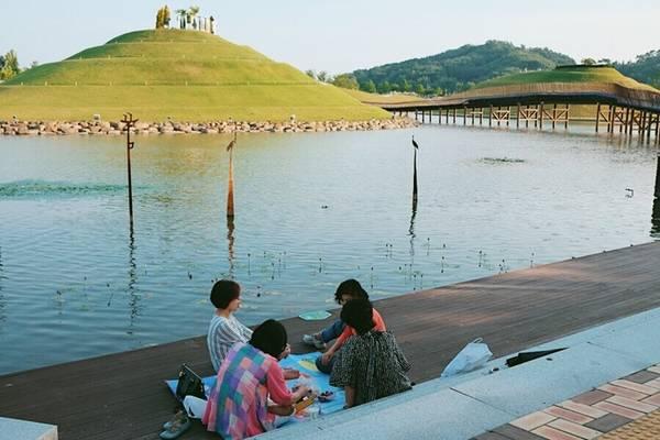 Dịp cuối tuần, người dân Hàn Quốc thường cùng bạn bè hoặc gia đình đến đây picnic.