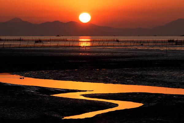 Theo kết quả một cuộc bình chọn của các nhiếp ảnh gia, vịnh Suncheon là một trong những điểm đẹp nhất để ngắm hoàng hôn ở xứ kim chi. Vào năm 2006, địa danh này cũng được liệt vào danh sách 'Các vùng đất ngập nước có tầm quan trọng thế giới' theo công ước Ramsar.