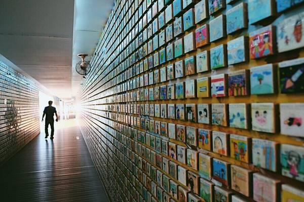 Sau khi khám phá hết vùng ngập mặn, du khách có thể di chuyển bằng tàu sang vườn quốc gia Suncheonnam cách đó không xa. Nơi này nằm giữa thành phố Suncheon và đầm lầy Suncheon, tạo nên quần thể bảo vệ vùng đất ngập mặn. Lối vào vườn quốc gia là con đường dài với những bức tường gắn hàng nghìn bức tranh sống động được vẽ bởi các em thiếu nhi.