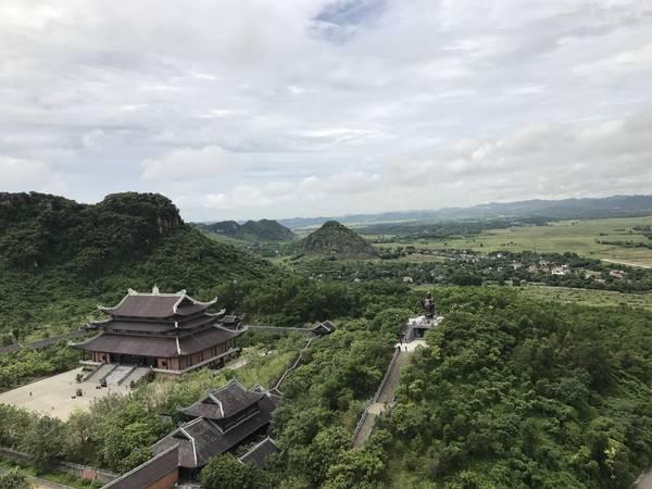 Góc nhìn từ bảo tháp về phía tượng phật Di Lạc bằng đồng lớn nhất Đông Nam Á.