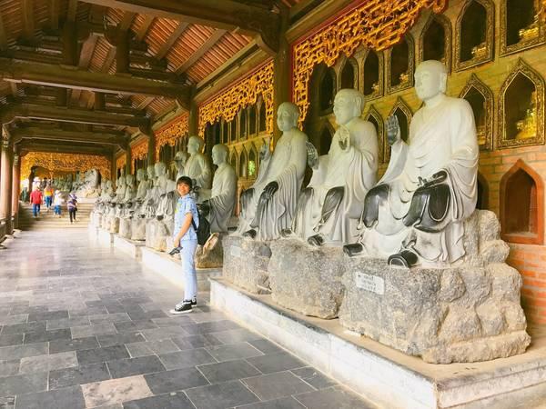Đây là con đường dẫn lên đỉnh chùa với hành lang La Hán dài nhất châu Á.